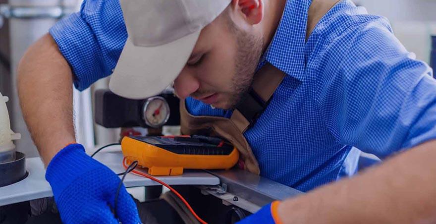Technicien spécialiste sur l'inspection par caméra